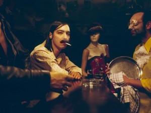 Slaviša und Nebojša Marković am Tresen im Rroma Aether Klub Theater. Foto: Esther Vonplon