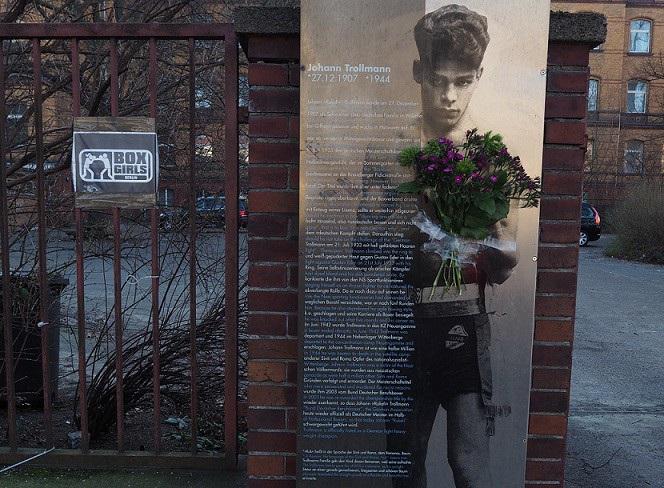 Gedenktafel für Johann Trollmann an der nach ihm benannten Boxschule in der Kreuzberger Bergmannstraße. (Foto: A. Warnecke)