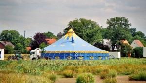 Anton erinnert sich noch gut an die Anstrengungen des Zirkusalltags, die unter anderem mit dem Aufbau des Zirkuszeltes verbunden waren. Dennoch überwiegt für ihn das Gefühl einer freudvollen Kindheit im Zirkus. Foto: J.-H.Janßen, Lizenz: Public Domain.